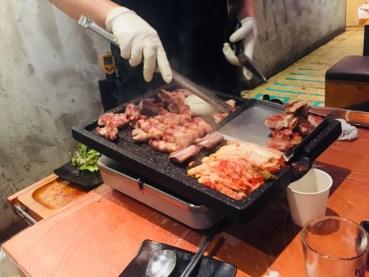 鉄板で韓国料理を作っている人