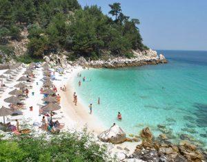 Read more about the article Η ολόλευκη εξωτική παραλία της Θάσου