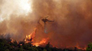 Read more about the article Φωτιά: Σκληρή μάχη στα Βίλια για τέταρτη ημέρα – Εκκενώθηκαν οικισμοί