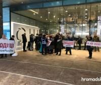 """Предприниматели пикетируют съезд """"Слуги народа"""" с требованием отменить электронные чеки"""