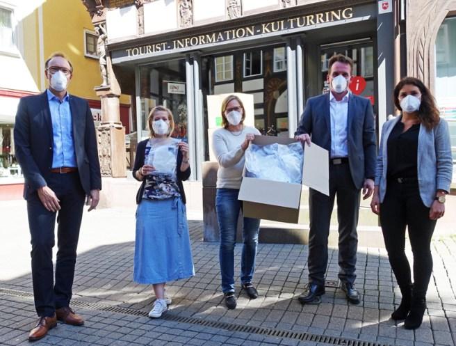 Präsentieren die Einbeck-Maske (v.l.): Meinolf Lehmkul, Ulrike Lauerwald, Dr. Sabine Michalek, Marc Wallrabenstein, Janina Schirmer. Foto: Frank Bertram