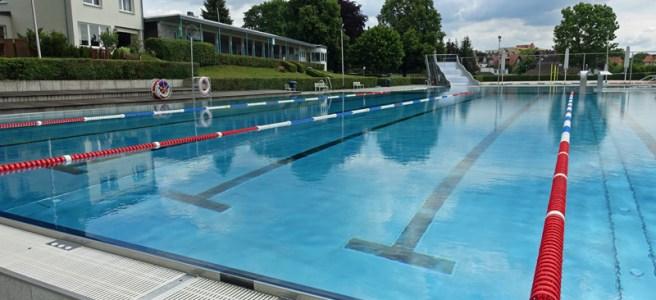 Die markierten Bahnen im Schwimmerbecken sind breiter als üblich. Foto: Frank Bertram