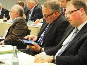 Heiner Hegeler (CDU) am iPad im Kreistag.