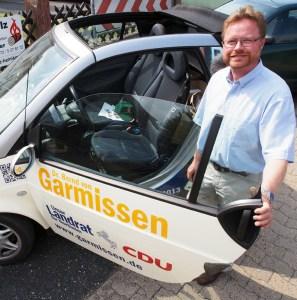 Smart mit Sommerfeeling pur: Bernd von Garmissen vor seinem Wahlkampfgefährt..