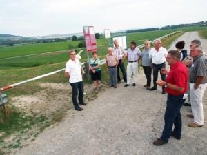 Ortsbürgermeister und Kreistagsmitglied Rolf Metje (rotes Hemd) mit seinen Fraktionskollegen am Leinepolder.
