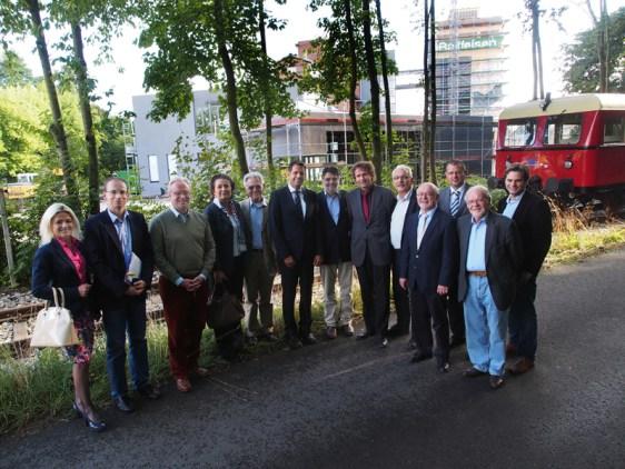 Direkt vom PS-Speicher kann man später einmal mit dem Ilmeblitz bis zum Bahnhof Salzderhelden fahren, davon überzeugten sich heute Vertreter der Kulturstiftung Kornhaus, der Ilmebahn und der Politik.