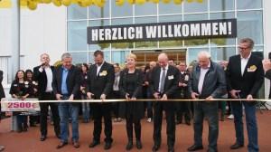 Am goldenen Band (v.l.) Norbert Mischer (Bürgerspital), Ulrich Schellien