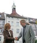 Zwei Doktores vor dem Rathausturm: Sabine Michalek und Florian Schröder.