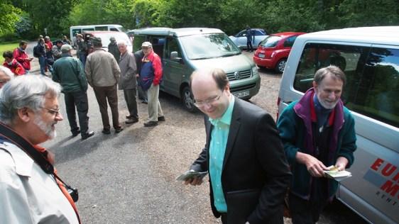 Bus-Kolonne im Wald: Minister Meyer beim Besuch in Einbeck auf der Hube.