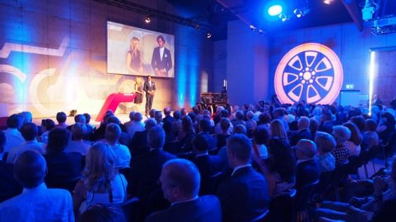 Festakt in Halle 8: Vor 600 Gästen moderierten Verena Wriedt und Christian Schenk.