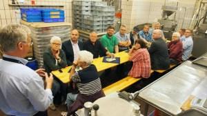 Rainer Koch (l.) informierte die SPD-Politiker über Einbecker Senf.