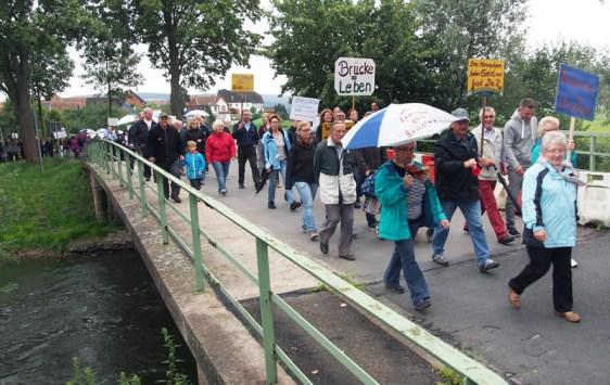 Rund 250 Menschen zogen von OLxheim zur Ausschusssitzung in Garlerbsen.
