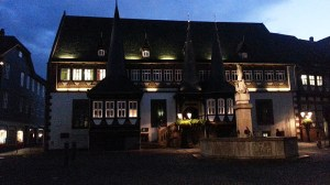 Altes Rathaus zur blauen Stunde.