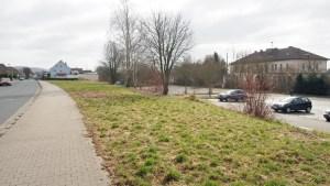 Zwischen Bahnhof (im Hintergrund) und Köppenweg ist genug Platz für Parkplätze und mehr.