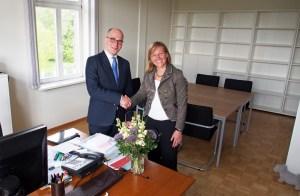 Herzlich willkommen in Einbeck: Bürgermeisterin Dr. Sabine Michalek begrüßt Frithjof Look in seinem neuen Büro im Einbecker Rathaus. Noch sind die Regale leer...