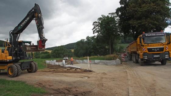Die Bauarbeiten für die Behelfsbrücke über die Leine haben begonnen. Aufnahme vom 09.07.2015