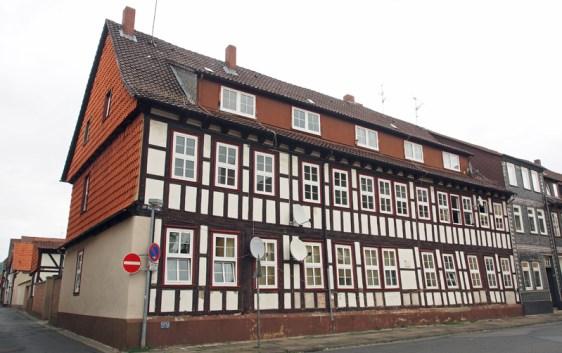 1712 wurde das Baudenkmal als Waisenhaus errichtet und bis 1801 als solches genutzt, heute gehört das Gebäude den Einbecker Hospitalstiftungen.