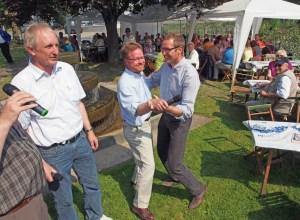 Dr. Bernd von Garmissen und Dr. Roy Kühne tanzen, links Ex-CDU-Chef Joachim Stünkel. Archivfoto vom Brunnenfest in Lüthorst 2013.