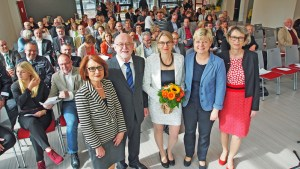 Haben die Mensa der IGS in Einbeck eröffnet (v.l.): Christa Markert von der Landesschulbehörde, Erster Kreisrat Dr. Hartmut Heuer, IGS-Schulleiterin Sandra Meusel, Kultusministerin Frauke Heiligenstadt und Nadine Seifert-Doods, Vorsitzende des Kreistags-Schulausschusses.