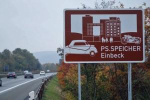 Hinweis auf Einbeck und seinen PS-Speicher an der Autobahn. Foto (c): Kulturstiftung Kornhaus