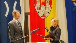 Urkunde ausgehändigt: Albert Deike mit Bürgermeisterin Dr. Sabine Michalek.