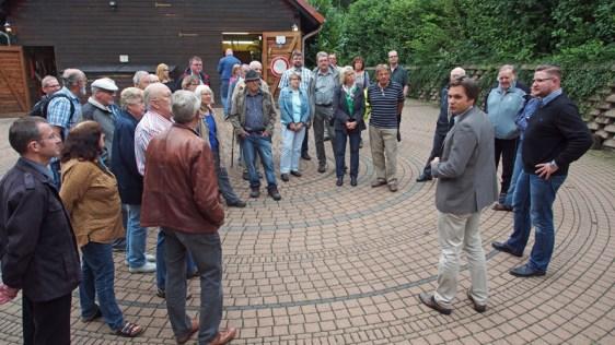 Hans-Martin Grigoleit (rechts) führte im Sommer die SPD durch das gerade modernisierte Haus des Jugendrotkreuzes.