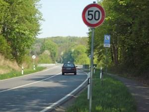 Seit Jahren aus Baugründen nur noch mit Tempo 50 befahrbar: die B3 auf der Talbrücke Kuventhal. Archivfoto