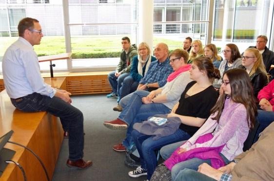 MdB Roy Kühne erklärte Schülern aus Keene auf Englisch das politische System in Deutschland. Foto: Büro Dr. Roy Kühne