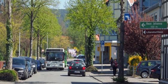 Wenn sich Bus und Auto in der Dr.-Friedrich-Uhde-Straße begegnen, kann es schon mal eng werden.