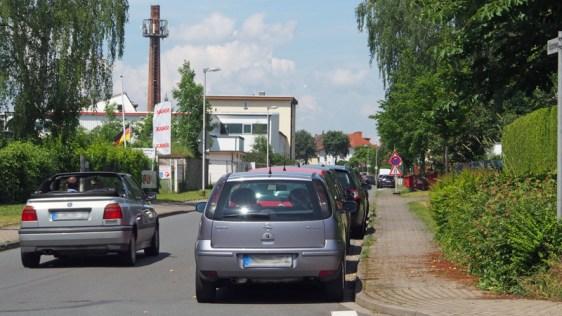 Auch der Köppenweg ist für Autofahrer in beide Richtungen schwer zu passieren, wenn auf einer Seite Autos parken.