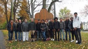 Schülerinnen und Schüler der BBS und Maler- und Tischler-Sponsoren werden die Stadttor-Skulpturen sanieren.