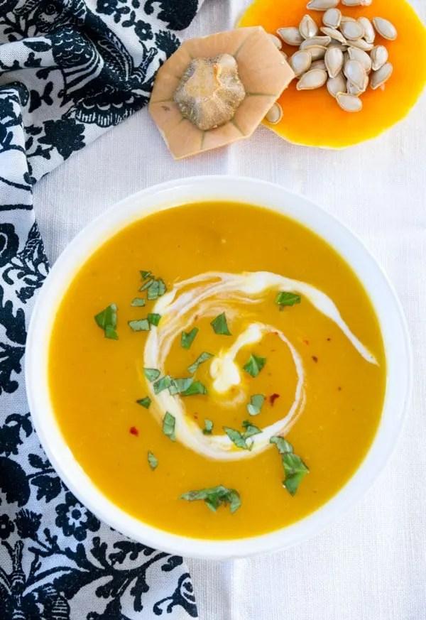 Kürbissuppe mit Ingwer und Kokosmilch - die leichte Variante. Simpel, schnell, unheimlich lecker. Zu finden auf www.einepriselecker.de