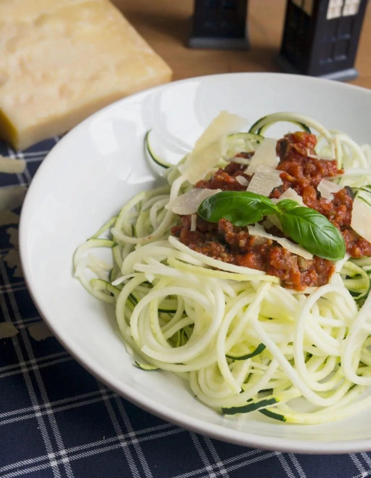 Zoodles a la Puttanesca - würzig, kräftige Sauce mit Zucchini Nudeln, super lecker!