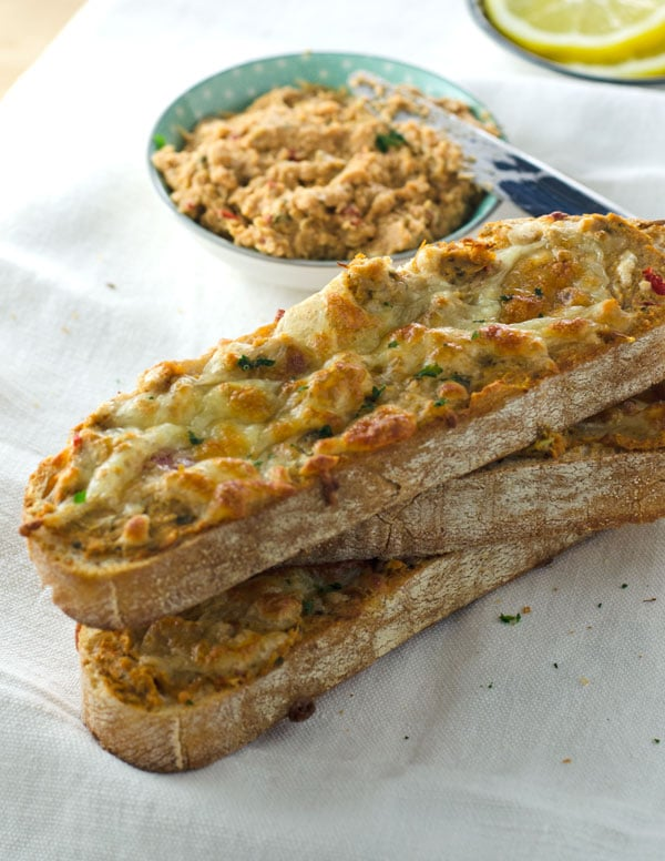 Thunfisch-Artischocken-Crostini. Schnell gemachter Snack mit nur 3 Zutaten. www.einepriselecker.de