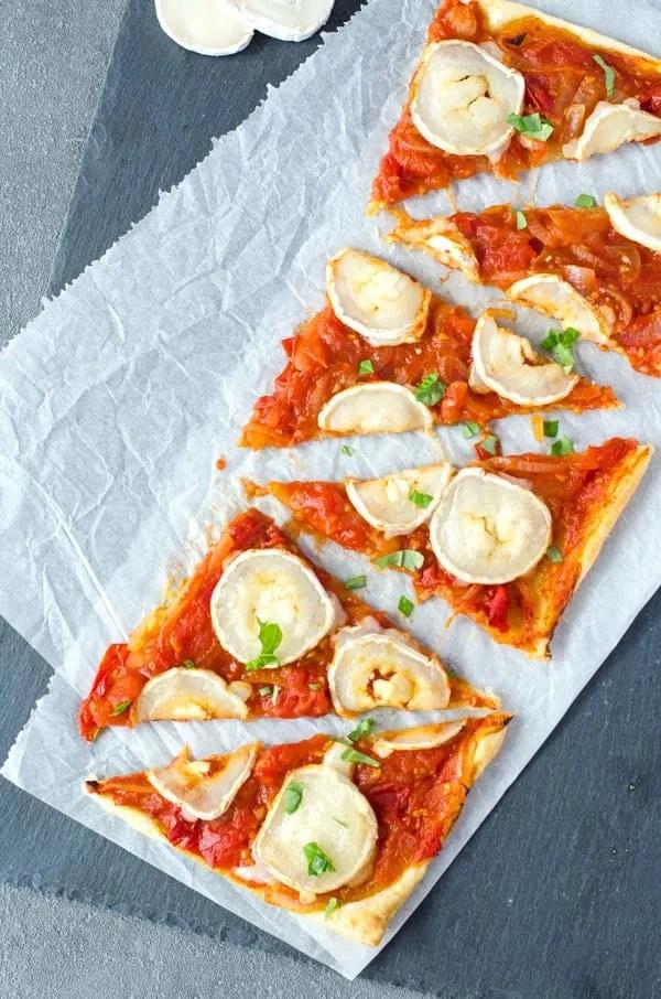 knusprig, aromatische Blätterteigtarte mit Tomaten, Zwiebeln und Ziegenkäse. Geniales Fingerfood. Nur vier Zutaten! Recipe also in english!