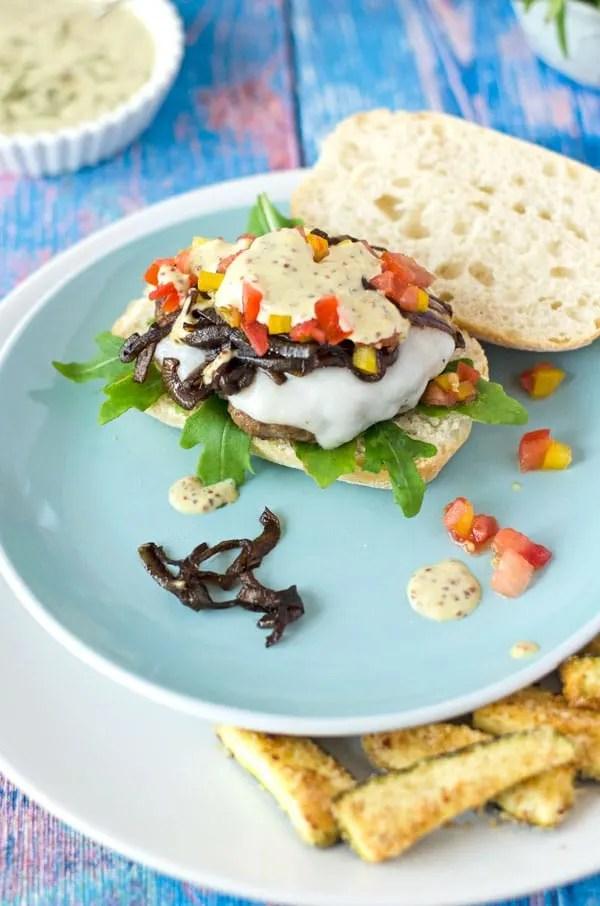 Burger mit Lamm, Estragon-Senfsauce, Tomaten-Paprikasalsa und Rucola. Mega köstlich! //Burger with lamb-patties. Delicious and very aromatic. Recipe also in english!