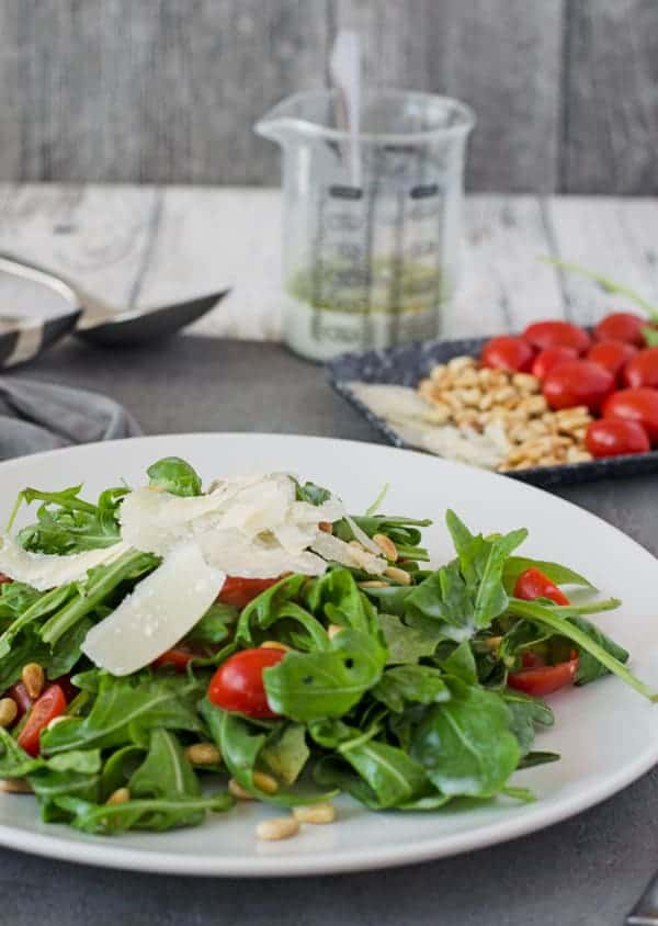 leckerer Rucolasalat mit Pinienkernen, Tomaten und Parmesan. Kalorienarmes Dressing, schnell gemacht. //arugula with pine nuts, tomatoes and parmesan. low calorie dressig. Recipe also in english!