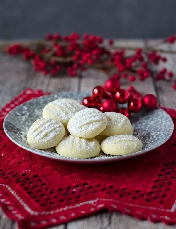 unglaublich zarte Schneeflöckchen Kekse. Sehr fein und gar nicht kompliziert zu machen. German snowflake cookies. Very tender and easy to make. Recipe also in english!