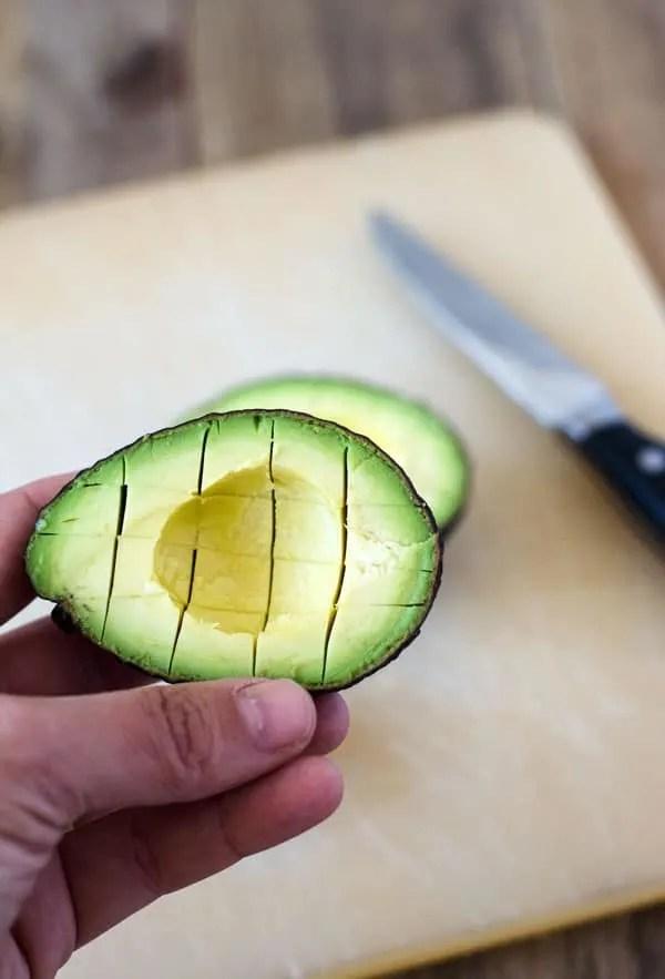 frischer Tomaten-Avocado-Salat mit nur vier Zutaten, blitzschnell gemacht. Vegan und kalorienarm