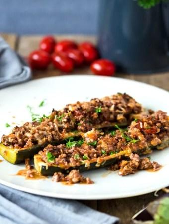 Zucchiniboote mit Hack aus dem Ofen. Low Carb und high Protein, nur 285 Kalorien je Portion!