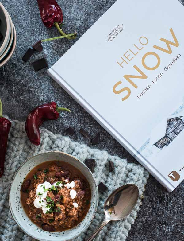 """Chili con Carne von iben fotografiert mit Einblick auf das Buch """"Hello Snow"""""""