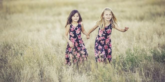 """Zwillingsmädchen sind die Heldinnen des Hörspiels """"Schlau wie Vier""""."""