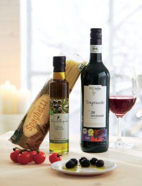 Dieses Set ist zu 100% BIO und verpackt in einem Schmuckkarton. 1 Flasche 2015er halbtrockenen BIO-Tempranillo (0,75l) , 1 Flasche BIO Klosterkräuter Oliven-Gourmet-Öl , 1 Packung BIO Hartweizen Spaghetti (500g), Gewicht: ca. 2,7 kg. Zutaten: Bio Klosterkräuter Gourmet Olivenöl, 250 ml: Olivenöl auskontrolliert biologischen Anbau, Bio Hartweizen Spaghetti 500 g: HARTWEIZENGRIESS aus kontrolliert ökologischer Landwirtschaft. Allergiehinweis: Bio Tempranillo, D.O., 0,75l: enthält Sulfite Bio Hartweizen Spaghetti 500 g: Enthält Gluten, Kann Spuren von Ei enthalten<br>