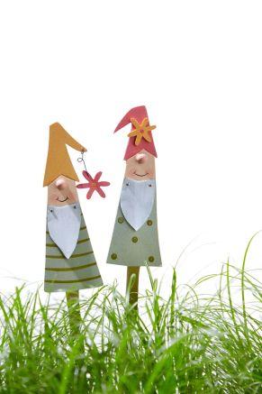 In jedem Blumentopfein Hingucker. Niedliches Zwergen-Duo aus Holz. Maße: je ca. 20 cm hoch, pink ca. L4,5 x B0,5 x H19 cm, orange ca. L5 x B0,5 x H20 cm, Material: Holz.<br>