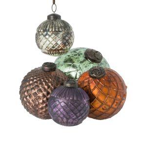 Dieses dekorative und hochwertig verarbeitete Kugelset im Antikfinish besteht aus 5 Kugeln in 4 verschiedenen Größen. Maße: grün ca. 13 cm Ø, braun ca. 10 cm Ø, lila ca. 7,5 cm Ø, champagner ca. 7,5 cm Ø, kupfer ca. 9 cm Ø, Gewicht: ca. 1,6 kg, Material: Glas.<br>