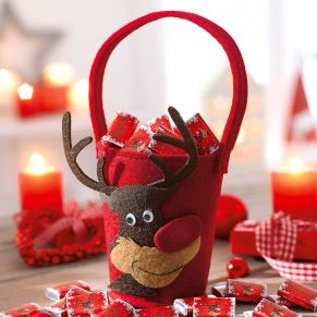Rudolph the Red-Nosed Reindeer - grinst einem frech auf dem kleinen Filztäschchen entgegen. Artikel kommt ohne Füllung. Maße: gesamt ca. 22 cm hoch, 10,5 cm Ø.<br>