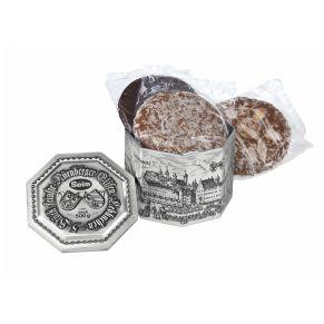 Nürnberger Elisen-Lebkuchen sortiert. Feinste Nürnberger Oblaten-Lebkuchen, glasiert und schokoliert, bei schokolierten Lebkuchen 12% Schokolade. Zutaten: Ölsamen 25% (HASELNÜSSE, WALNÜSSE, MANDELN), Zucker, Orangeat (ORANGENSCHALEN, Glukose-Fruktose-Sirup, Zucker), WEIZENMEHL, Marzipan (MANDELN, Zucker, Invertzuckersirup), Feuchthaltemittel: Sorbit; Zitronat (Zitronenschalen, Glukose-Fruktose-Sirup, Zucker), Aprikosen-Trockenfruchtfüllung (Glukose-Fruktose-Sirup, Zucker, Aprikosen, WEIZENSTÄRKE, Säuerungsmittel: Citronensäure), Backoblaten (WEIZENMEHL, Wasser),VOLLEIPULVER, Feigen, Kakaomasse, Gewürze, Honig, WEIZENSTÄRKE, Backtriebmittel: Natriumhydrogencarbonat;Kakaobutter, Salz, Kartoffelstärke, Emulgator: SOJALECITHINE; Verdickungsmittel: Gummi arabicum.. Allergiehinweis: Kann Spuren von Erdnüssen und Milch enthalten<br>