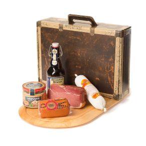 Im praktischen Kartonkoffer mit Griff und im Umkarton bruchsicher und versandfertig verpackt. Ein Stück Teutoburger Frühstücksschinken, ca. 500 g, ein Stück Salami 1a, weiß, 300 g, ein Stück Börde Speck, Gouda-Spezialität ohne Rinde, ca. 250 g, auf Buchenspänen und Wacholderbeeren geräuchert, ein Glas grobe Leberwurst, Spitzenqualität,250 g, eine Flasche Detmolder Pils -echt handgebraut- in der Bügelflasche 0,33 l. Zutaten: Frühstücksschinken: Schweinefleisch, Speisesalz, Maltodextrin, Dextrose, Zucker. , Salami: Schweinefleisch, Speck, Salz, Gewürze, Zucker., Leberwurst: Schweinefleisch, Schweineleber, Schweinekopffleisch, Salz, Kräuter. , Bördespeck: Gouda-KÄSE, Salz, LAB, Farbstoff: Carotin.. Allergiehinweis: Leberwurst: Kann Spuren von Sellerie und Senf enthalten.<br>