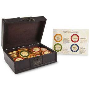 Insgesamt 256 g Schoko-Gold-Dublonen &apos;Costa Rica&apos;, &apos;Ecuador&apos;, &apos;Santo Domingo&apos; und &apos;Venezuela&apos;. Maße: ca. L28 x B21 x H6 cm, Gewicht: ca. 700 g. Zutaten: Golddublonen Costa Rica: Zucker, VOLLMILCHPULVER, Kakaobutter, Kakaomasse, natürliches Vanille-Aroma., Golddublonen Venezuela : Zucker, Kakaobutter, Kakaomasse, VOLLMILCHPULVER, natürliches Vanille-Aroma., Golddublonen Ecuador: Zucker, Kakaomasse, Kak. Nährwertangaben: Golddublonen Costa Rica: Brennwert 2380 kJ (568 kcal); Fett 38,7g, davon gesättigte Fettsäuren 23,7g; Kohlenhydrate 45,4g, davon Zucker 44,3g; Eiweiß 9g; Salz 0,17g, , Golddublonen Venezuela: Brennwert 2391 kJ (571 kcal); Fett 39,7g, davon gesättigte Fettsäuren 24,6g; Kohlenhydrate 44,3g, davon Zucker 42,9g; Eiweiß 7,4g; Salz 0,17g, , Golddublonen Ecuador: Brennwert 2253 kJ (538 kcal); Fett 34,5g, davon gesättigte Fettsäuren 21,7g; Kohlenhydrate 49,3g, davon Zucker 46,8g; Eiweiß 4,6g; Salz 0,01g, , Golddublonen Santo Domingo: Brennwert 2426 kJ (579g); Fett 46g, davon gesättigte Fettsäuren 29g; Kohlenhydrate 30,8g, davon Zucker 26,8g; Eiweiß 6,9g; Salz 0,02g. Allergiehinweis: Golddublonen Costa Rica und Venezuela enthalten Milch und Lactose. Kann Spuren von Soja, Schalenfrüchten und Milch enthalten<br>