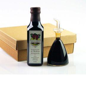 1 Flasche (250 ml) edler 7 Jahre gereifter Bio-Balsamico, rot. Hochwertige handgarbeitete Essig-Karaffe im naturfarbenen Präsentcase,, farbig ausgelegt, Maße: L21 x B19 x H65 cm, Menge: 250 ml. Zutaten: Bio-Balsamico (6% Säure)..<br>